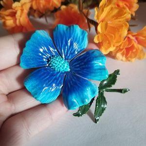 Beautiful VTG Flower Brooch